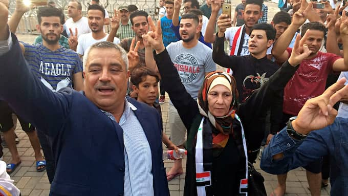 Irakier firar segern som utropats över IS i staden Mosul. Foto: HADI MIZBAN / AP TT NYHETSBYRÅN