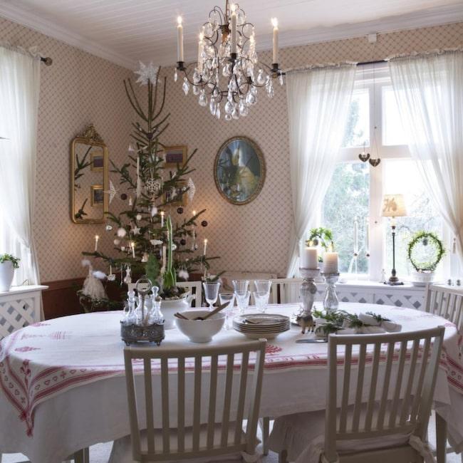 MATSALEN<br>Matsalens röda toner skapar härlig julkänsla. Här finns plats för både barn och barnbarn.