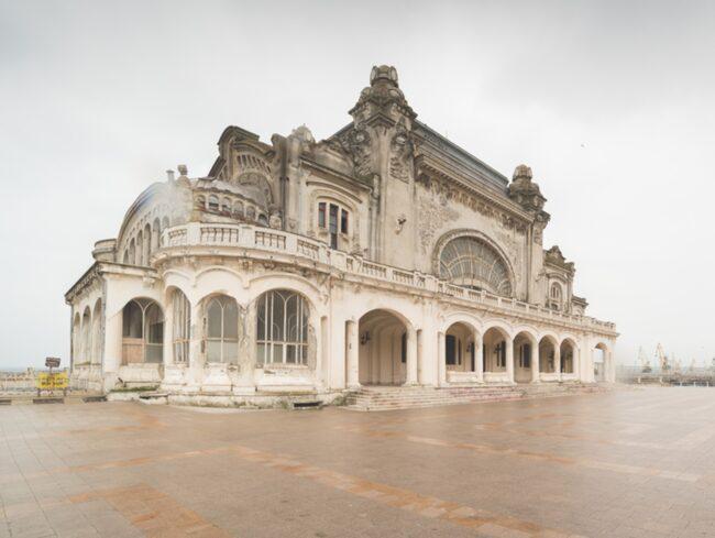 Det var en gång en av landets mest glamorösa byggnader. Men nu står det kungliga kasinot vid Svarta havet och förfaller.