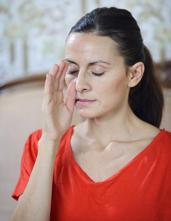 <strong>2. Andas genom vänster näsborre</strong><br><strong>Gör så här: </strong>Sitt eller ligg ner. Håll höger tumme för höger näsborre och övriga fingrar hålls ihop och rakt upp. Andas långa djupa andetag in och ut genom vänster näsborre i cirka 3–7 minuter.<br><strong>Effekt: </strong>Gör dig lugn, avspänd och hjälper dig somna lättare, sänker ditt blodtryck.<br>