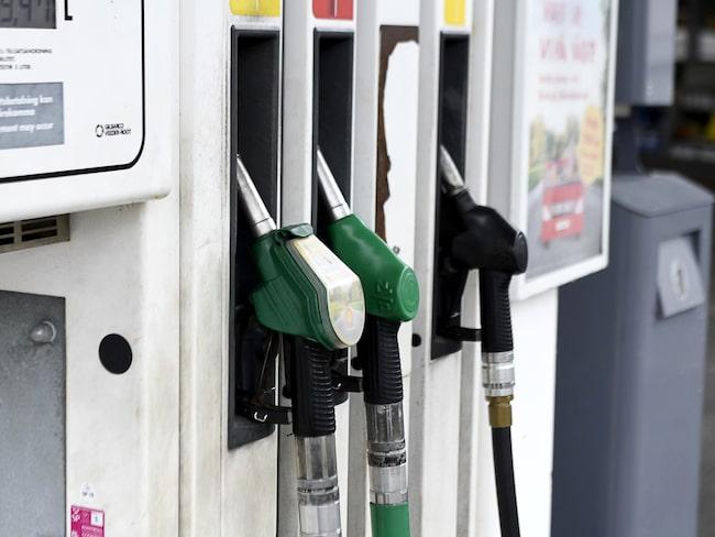 Det kostar väldigt mycket mer att tanka diesel just nu, jämfört med bensin.
