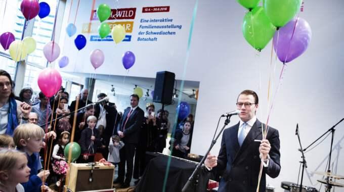Prins Daniel på barnboksutställningen på Nordiska ambassaderna i Berlin. Foto: Anna-Karin Nilsson
