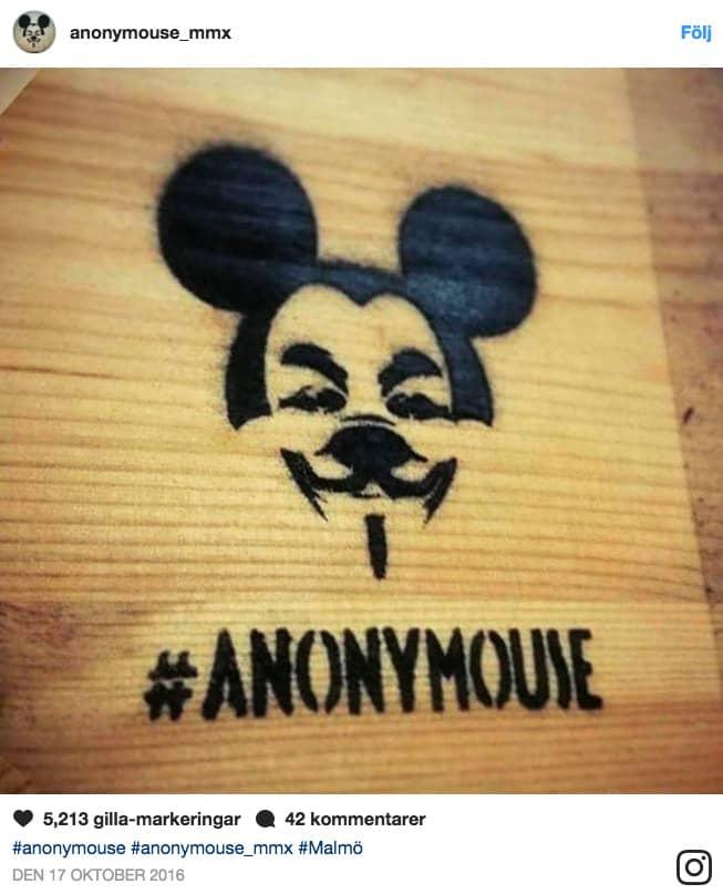 Konstkollektivet Anonymouses logotyp, som pryder fasaderna i anslutning till deras installationer. Foto: Instagram/anonymouse_mmx