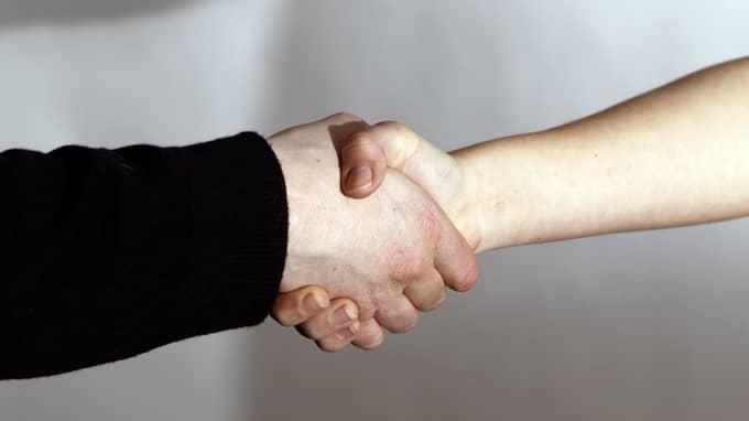 Att en man vägrar skaka hand med en kvinna eller vice versa har ingenting att göra med islam utan är en ren maktdemonstration och ett uttryck för diskriminering, skriver Nalin Pekgul. Foto: RONNY JOHANNESSON
