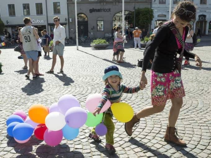 Emil Mobini, 4, med sin mamma Shifteh Mobini på Stortorget i Lund. Foto: Ulf Ryd