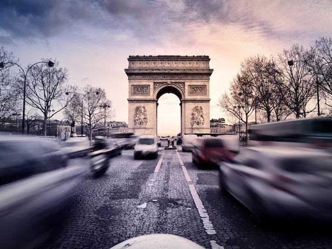 Triumfbågen i Paris passeras av allt fler laddbara bilar nu.