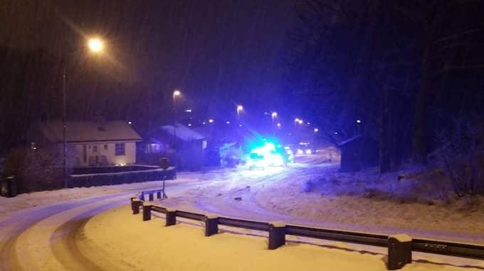Enligt polisen har bussen först krockat med två parkerade bilar innan det slutligen tog stopp i trädgården. Foto: Läsarbild