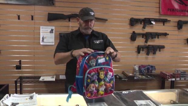 Här säljs skottsäkra ryggsäckar tillsammans med halvautomatiska vapen