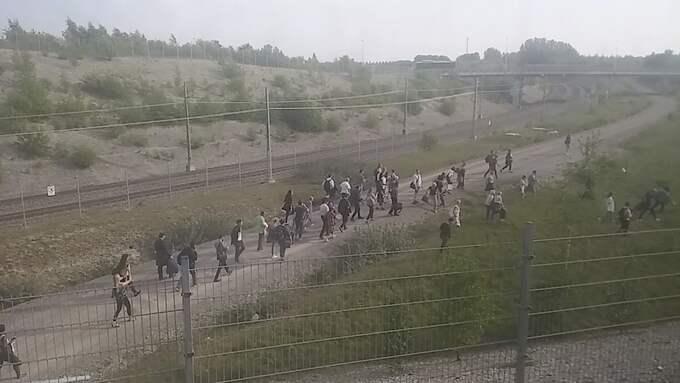 Tåget står stilla och resenärer lämnade tåget i panik. Foto: LÄSARBILD