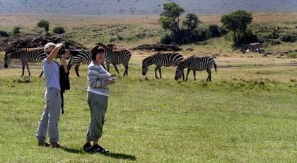 Besök i Edens lustgård. Svenska Annika Karlsson och norska Alfhild Jensine Rebo i Ngorongorokrtern i Tanzania. På några få platser är det tillåtet att lämna bilen.