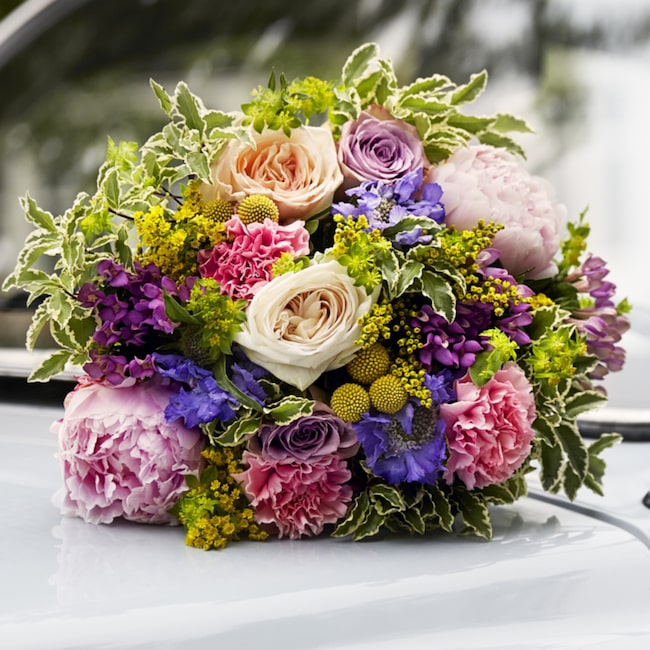 I LEVA&BO:s fredagsbukett mixas rosor och pioner med diantus, bouvardia, solidabo, scabiosa, craspedia, duplerum och pittosporum. Beställ buketten i dag!