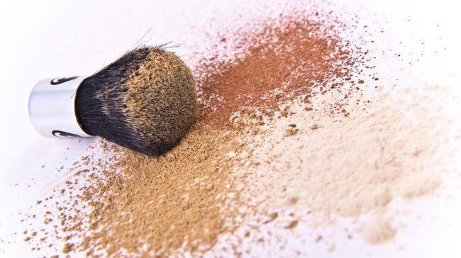 Tvätta sminkborstarna och -svamparna för att undvika täppta porer.
