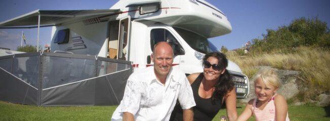 """Njuter av campingsemestern. """"Att äga en husbil har varit en dröm"""", säger Jan Högberg, 48, som semestrar på Solviks camping i Smögen med sin fru Kristina Högberg, 38, och barnen André, 15, (ej med på bilden) och Tindra, 7. Tindras Barbiefamilj - som också har en husbil - fick följa med på semesterresan."""