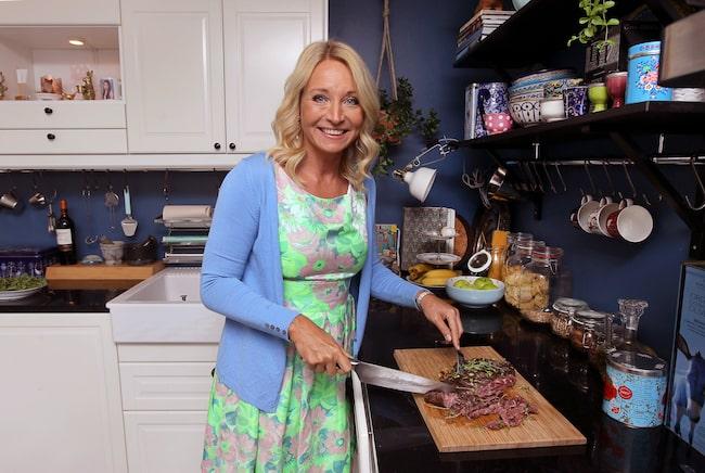 """""""Men det måste vara yta när jag lagar mat. Jag blir galen om det är pingisracket och skolväskor och katter på diskbänken. Har jag bara yta, bra knivar och en spännande dokumentär på radion, så blir jag glad. Sedan kan jag stå där och laga mat och mysa i timmar."""""""