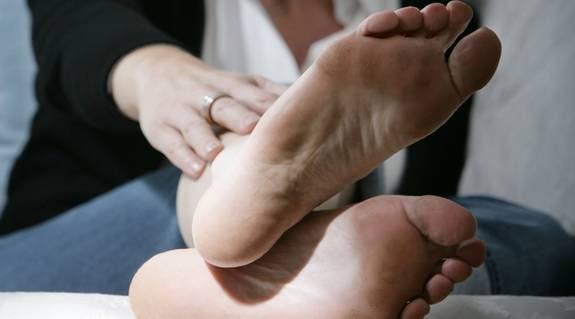 9f2b2af296b En undersökning visar att 35 procent av alla kvinnor har problem med  spruckna och torra hälar