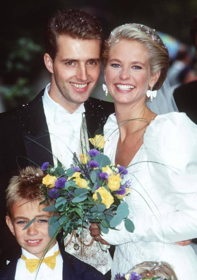 Modernt 1990 - men inte lika hett 2014. Ulrika Jonsson får rysningar när hon tittar på bröllopsklänningen som hon bar när hon gifte sig första gången 1990.