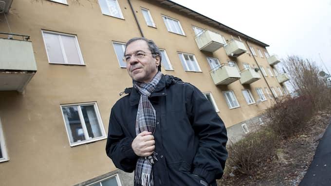 Göran Rosenberg går på Rönnbärsallén i Södertälje där han växte upp. Foto: JONAS EKSTRÖMER / TT / TT NYHETSBYRÅN