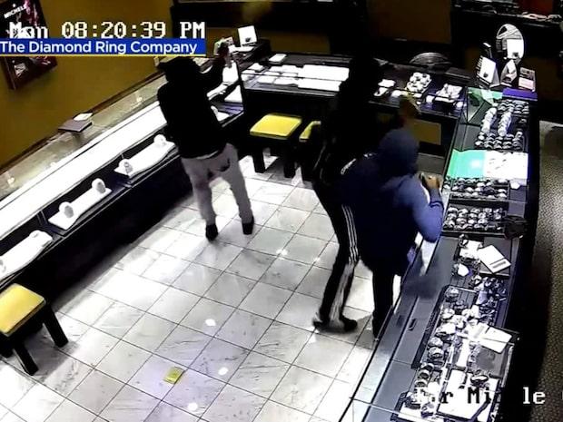 Sju rånare stormar smyckesaffären - men rånet blir inte som de trott