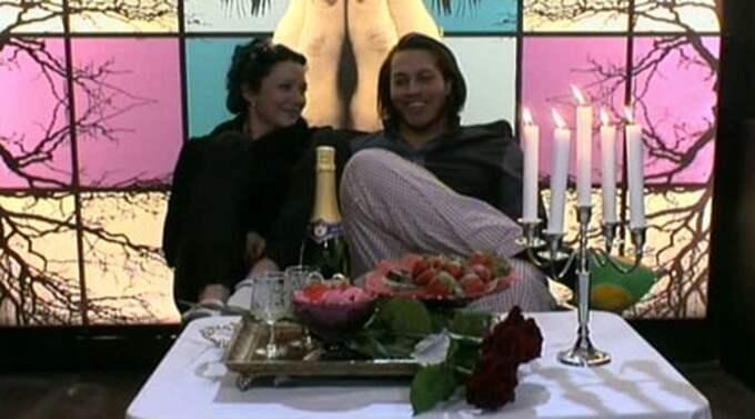 """Sanna Redsäter och Rodney Da Silva i bikten strax innan han frågar henne: """"Vill du förlova dig med mig?"""" Foto: TV11"""