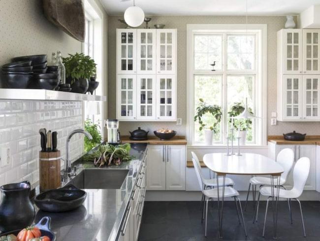 """Stora ytor. """"Det är så roligt att laga mat i vårt kök, det är  praktiskt, ljust och vackert"""", säger Gunnel. Det svarta porslinet kommer  från Gunnels företag Karott design och är handgjort lergods från  Sydamerika."""