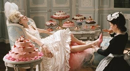 """""""Vanligt folk"""" tycks vara, för debattörer som Hägglund och Wennström, samma exotiska figurer som bönderna var för adeln på 1700-talet. På bilden Kirsten Dunst ur """"Marie Antoinette"""" (2006). Foto: SONYPICTURES"""
