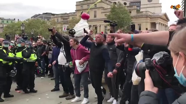 Här drabbar polisen samman med demonstranterna