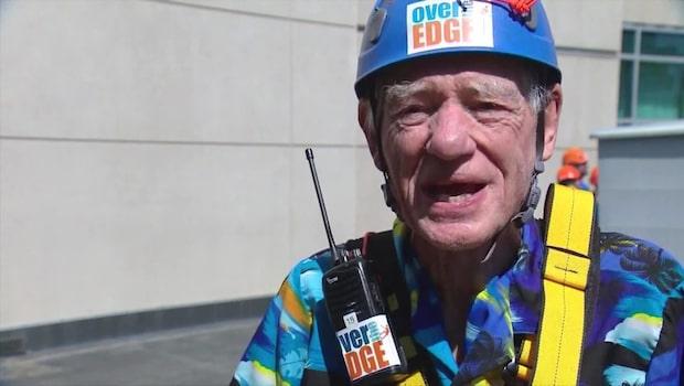 Här tar sig Richard, 90, ner för den 38 våningar höga skyskrapan