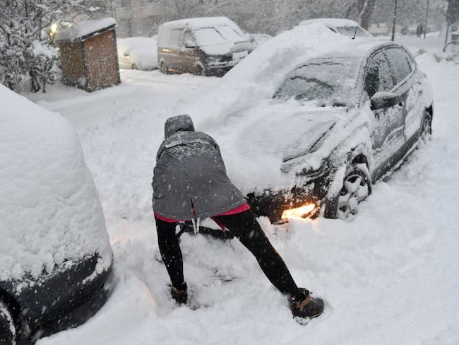 Den här sortens felaktiga snöskottning kan ge ryggproblem.