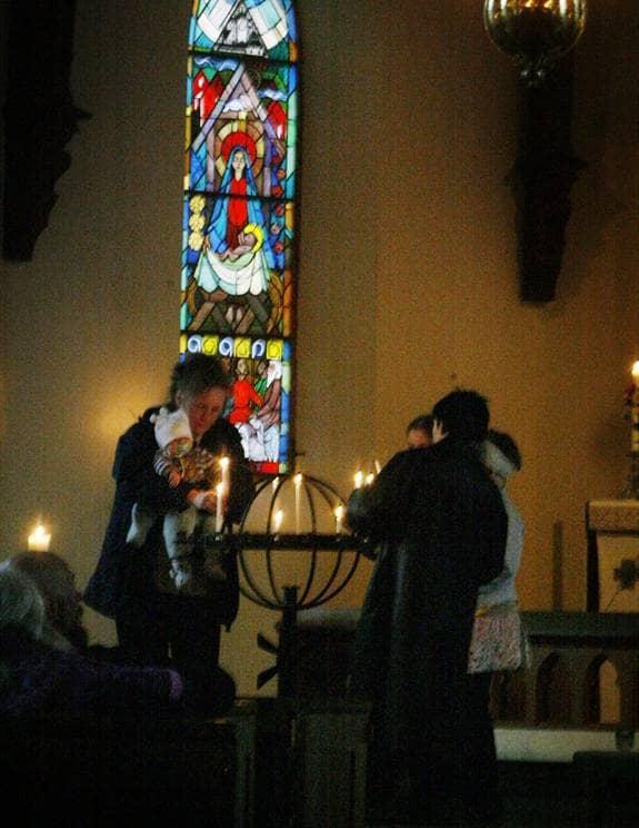 Ett ljus för engla. Elliott, fyra månader, får hjälp av mamma Maria Gruvsjö att tända ett ljus för Engla. Många tårar fälldes i Stjärnsunds kyrka i går kväll när det hölls förbön för den försvunna tioåringen. Foto: ROGER SCHEDERIN