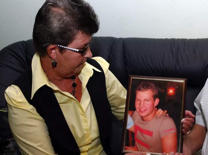 """Mamma Ewa-Britt vid ett foto av Marcus. """"Inga pengar i hela världen kan ersätta Marcus, men pengarna är ändå viktiga eftersom de är en del av domen"""", säger hon. Foto: Lasse Halvarsson"""