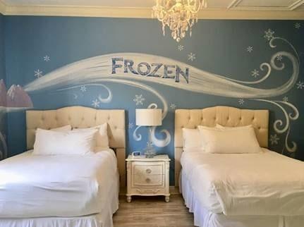 """Dröm ljuva drömmar i det """"Frost""""-inspirerade sovrummet."""