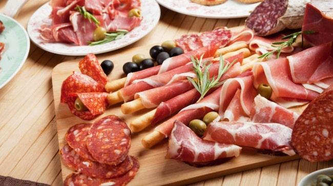 <span>Enligt riktlinjerna ska man inte äta mer än 500 gram rött kött per vecka för att hålla sig frisk och leva längre. Charkprodukter ska man helst skippa helt. </span>