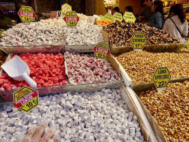 På kryddmarknaden kan man köpa kryddor, ostar och godiset Turkish delight.