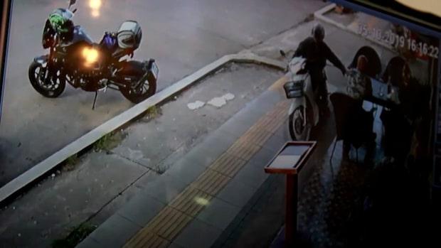 Blixtsnabbe tjuven på motorcykel snor väskan