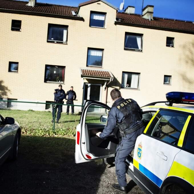 Polisen har bevakning på huset där misstänkte mördaren bodde. Foto: Anna-Karin Nilsson