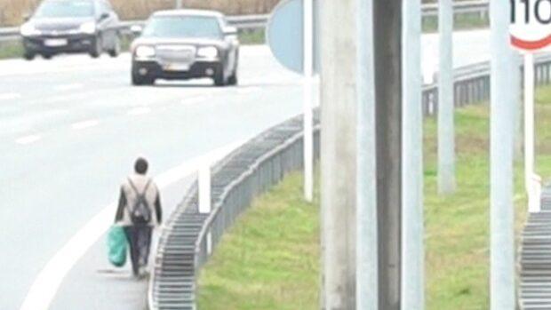 Här stoppas kvinnans livsfarliga promenad
