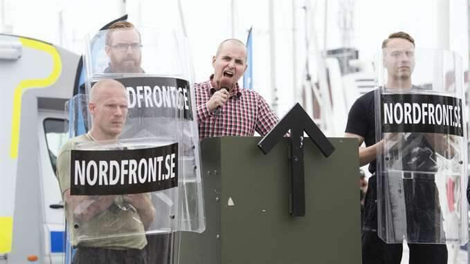 NMR:s ledare SImon Lindberg håller tal i Almedalen. Foto: Sven Lindwall