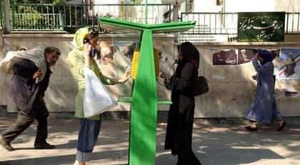 SKILDA VÄRLDAR. Hooman Majd skildrar de stora kontrasterna i Iran mellan det moderna och det traditionella. Bilden är tagen i Teheran. Foto: Kamran Jebreili