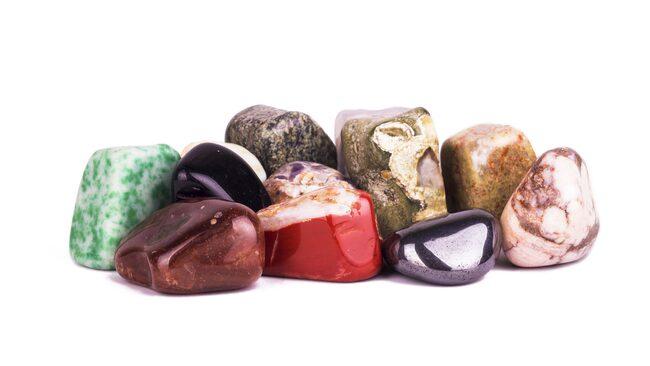 Ädelstenen ametist finns i många färgvarianter.