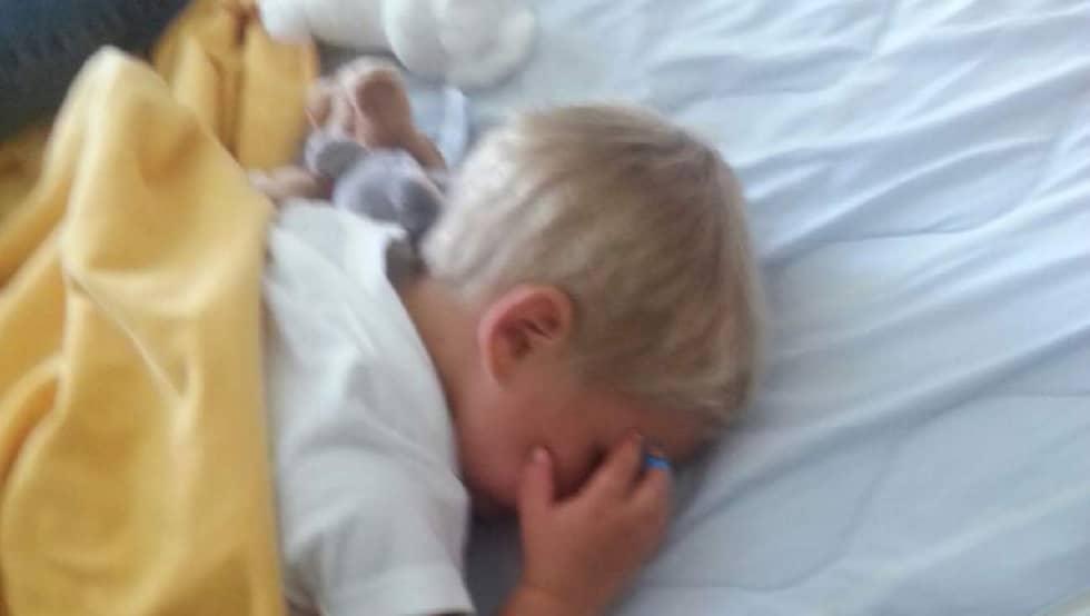 Valde, 2, ligger nu och sover på sjukhuset efter dramat i skogen. Foto: Privat