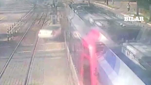 Här klyvs nästan bilen av tåget