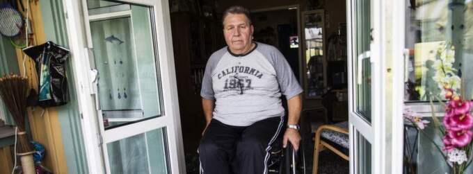 """Lars-Gunnar Andersson sitter i rullstol sedan en felbehandling för 11 år sedan. Han kom till ortopedin i Mölndal med en remiss från vårdcentralen med förhoppningen om att få en knäprotes och slippa rullstolen. Svaret han fick från den undersökande läkaren bgjorde honom besviken: """"Jag har aldrig opererat en person i rullstol"""". Foto: Anders Ylander"""