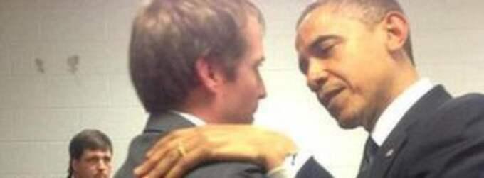 Här får Robbie Parker en kram av president Obama före minnesceremonin i Newtown.