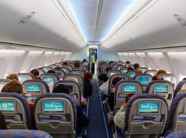 En stöldliga bestående av flygplatspersonal som stjäl kvarglömda saker på flygplan har inringats.