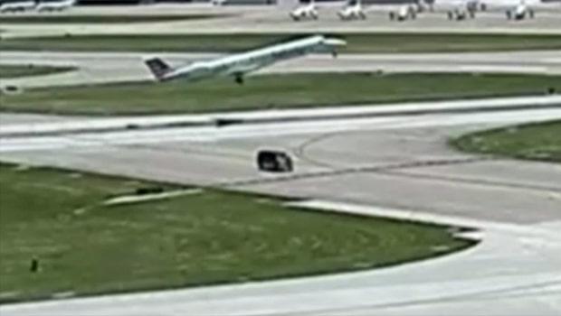 Flygplan och minibuss nära att krocka