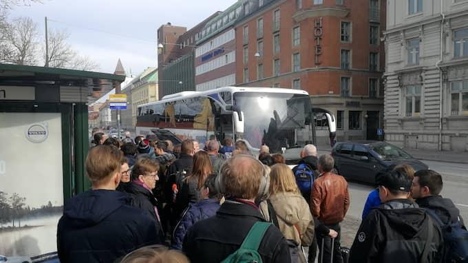 Strandade resenärer får åka buss i stället. Foto: LÄSARBILD
