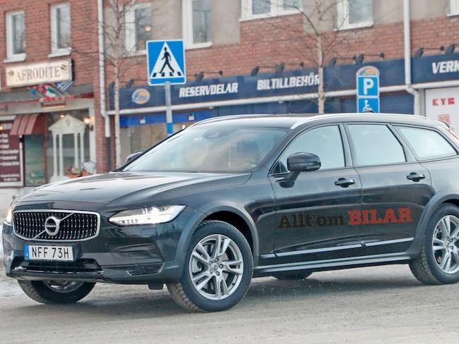 Världens första bilder på nya versionen av Volvo V90 Cross Country.