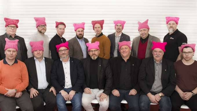 Byggnads förbundsstyrelse visar solidaritet med de få kvinnorna i byggbranschen genom att bära rosa mössor. Foto: Byggnads