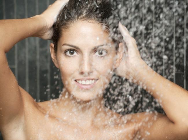 <span>Experter avråder dock från att ta riktigt varma duschar när det är kallt ute. Huden klarar inte av temperaturväxlingarna och blir irriterad.</span><span>Ljummet vatten och mild tvål är att rekommendera.</span>