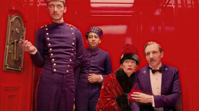 """Magiskt hotell. Ralph Fiennes, Tilda Swinton, Tony Revolori och Paul Schlase i en scen ur kitschiga """"The Grand Budapest Hotel"""" som nu går upp på svenska biografer. Foto: Martin Scali/FOX"""